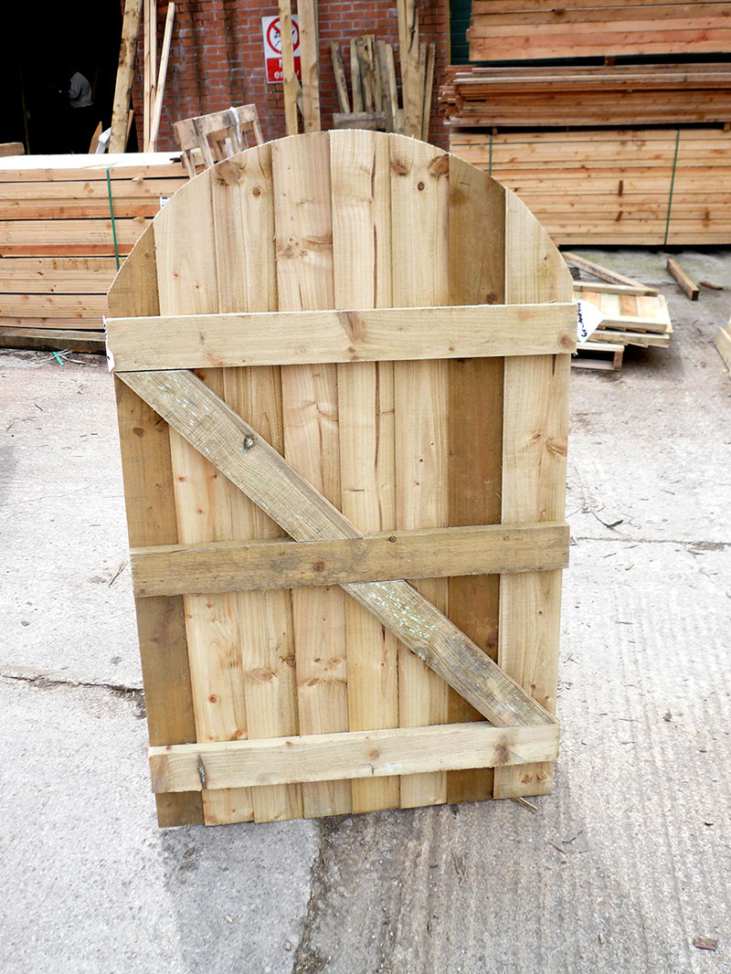 Feather edge arched top gate